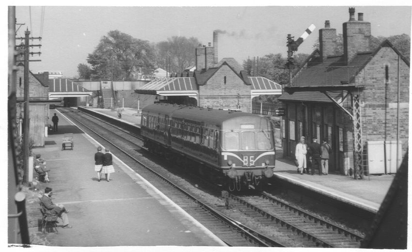 May 1962: a two-car DMU stands in the up fast platform on its way from Redditch to New Street. In strict economic turns a lightweight two-car self-propelled train is much cheaper than the ex-MR 0-6-2T 'Flatiron' tank locomotives with two to four coaches behind the bunker or even later when Ivatt's and Riddles 2-6-2T tank engines took over.