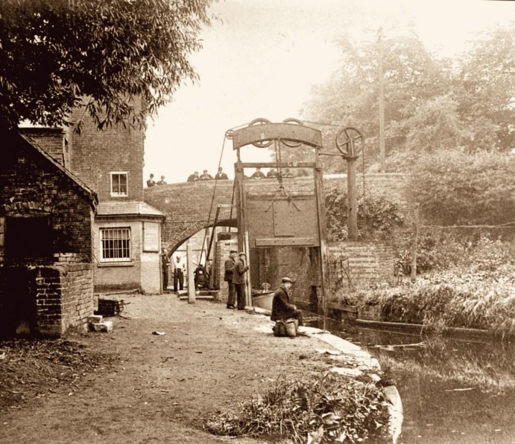Guillotine Lock